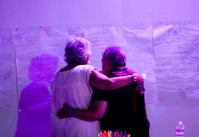 Amigos y familiares de Carlos Gutiérrez se reúnen en su homenaje en el Distrito de la Misión el 20 de julio. Foto: Erica Marquez