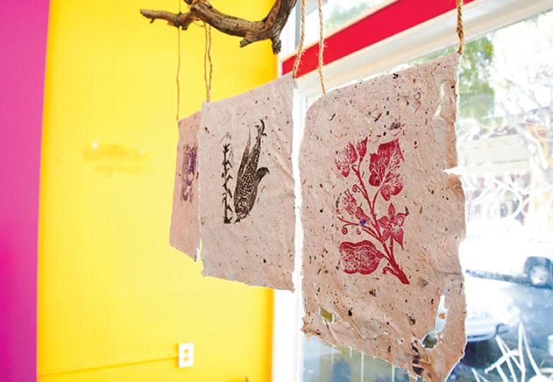 Papel hecho a mano por niños del programa Jardín Secreto del Buen Samaritano, con Tere Almaguer, Jacqueline Gutiérrez y Fernando Martí. Foto: Kyler Knox