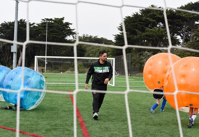 Stephen Córdova, entrenador de los Glens de San Francisco, en el Beach Chalet Fields del Golden Gate Park el 3 de agosto de 2018. Foto: Alejandro Galicia Diaz