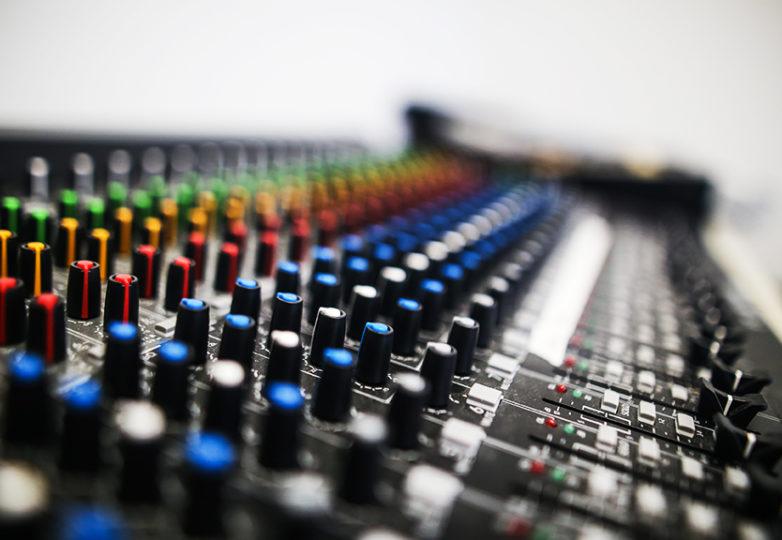 Una consola de audio utilizada para las clases del Girls on the Mic de la Women's Audio Mission (WAM), en el Unity Council de Oakland, en el barrio de Fruitvale, el 29 de agosto de 2018. WAM es una organización no lucrativa que ofrece capacitación gratuita en tecnologia creativa y producción digital para chicas. Foto: Adelyna Tirado