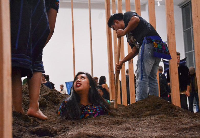 Estudiantes del Programa Recién Llegados de la Fremont High School forman parte de la instalación de Caleb Duarte, titulada 'Sin título (Arte Urgente IV)', durante la inauguración de la exposición Bay Area Now 8, un a exhibición colectiva en el Yerba Buena Center for the Arts, el 7 de septiembre de 2018. Foto: Mabel Jiménez