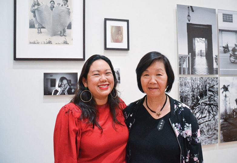 Sita Kuratomi Bhaumik, posa junto a su madre, quien inspiró su instalación que forma parte de la exposición Bay Area Now 8, una exhibición colectiva del Yerba Buena Center for the Arts, el 6 de septiembre de 2018. Foto: Mabel Jiménez