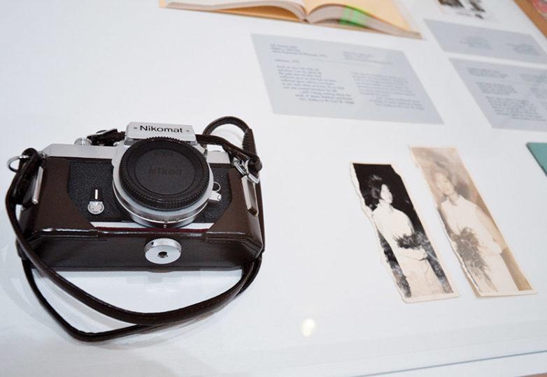 La cámara utilizada por la artista Sita Kuratomi Bhaumik, que pertenecía a su madre, está en exhibición en Bay Area Now 8. Foto: Mabel Jiménez
