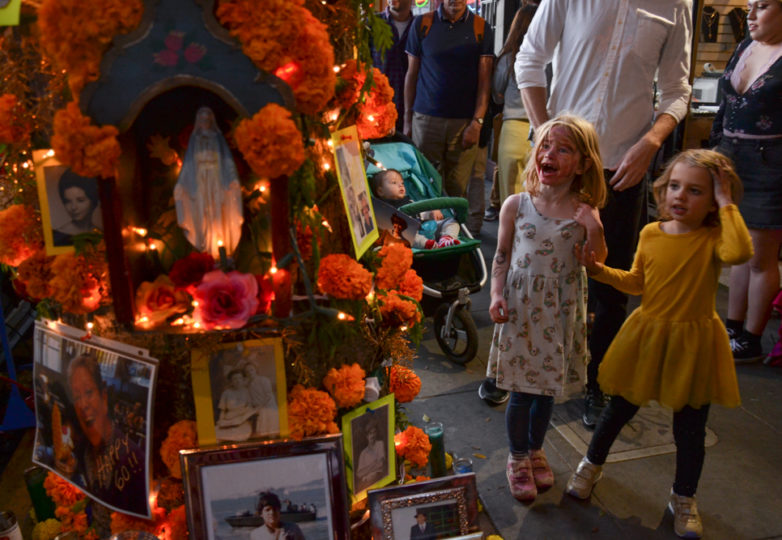 Altars are displayed outside Luz de Luna on 24th Street during Día de Muertos in San Francisco's Mission district, Friday November 2, 2018. Photo: Mabel Jiménez/Calle 24