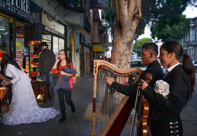 A mariachi band sets up outside Luz de Luna on 24th Street during Día de Muertos in San Francisco's Mission district, Friday November 2, 2018. Photo: Mabel Jiménez/Calle 24