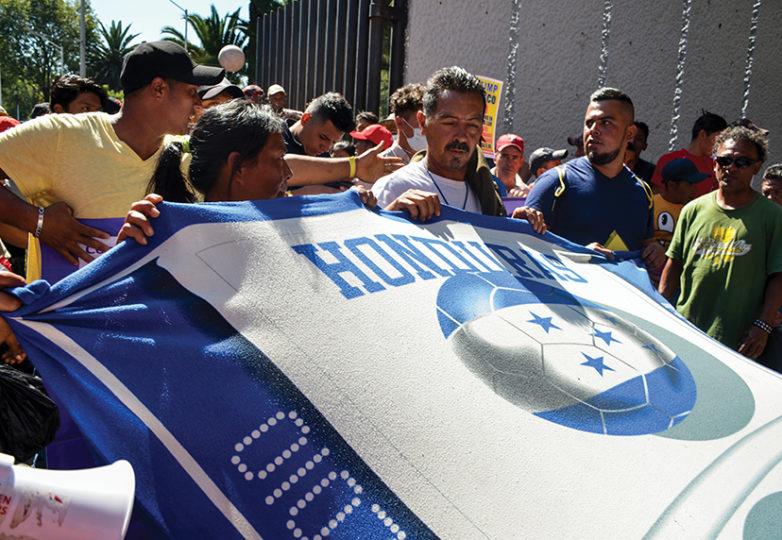 Hondureños, guatemaltecos y salvadoreños marchan hacia la sede las Naciones Unidas, sede Ciudad de México el 8 de noviembre. Liberation Foto: Gloria La Riva