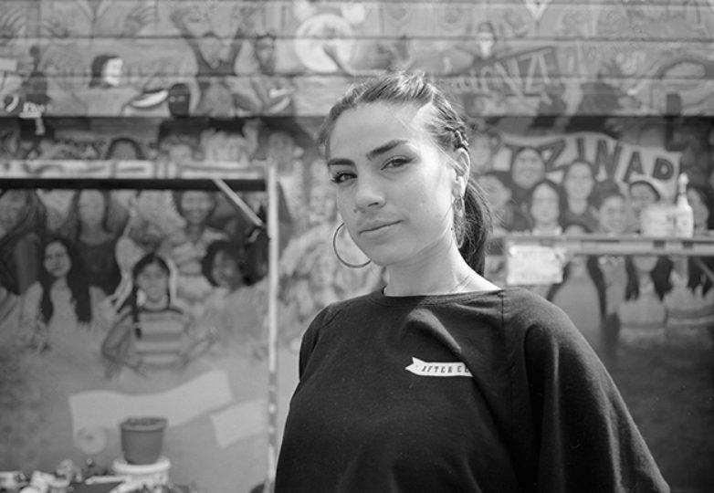 Fernanda Parker Vizcaíno, frente al mural 'Mujeres de la Resistencia'. Cortesía: Daniel Valencia
