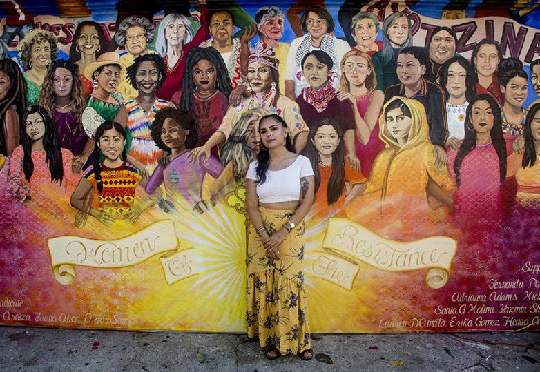 La artista Lucía González Ippolito, frente al mural 'Mujeres de la Resistencia'. Foto: Brianna Kalajian