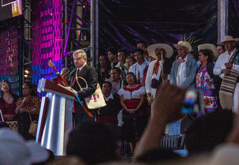Acompañado por algunos representantes de 68 grupos indígenas mexicanos, Andrés Manuel López Obrador (AMLO) toma posesión como presidente de México en el Zócalo capitalino, el 1 de diciembre de 2018. Cortesía: Rodrigo Jardon