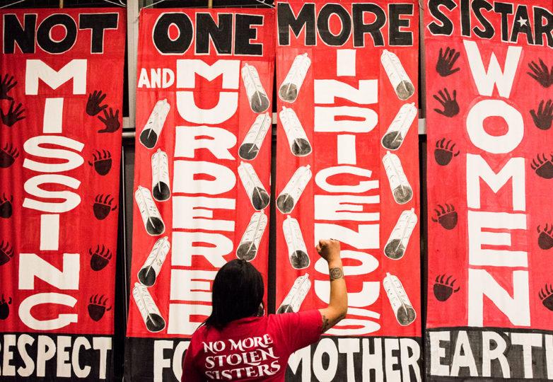 Activista indígena, Josey Tenorio, cuya hermana fue asesinada, levanta su puño en solidaridad con el mensaje transmitido durante el lanzamiento del SBI en Berkeley, el 18 de enero de 2019. Foto: David Mamaril Horowitz