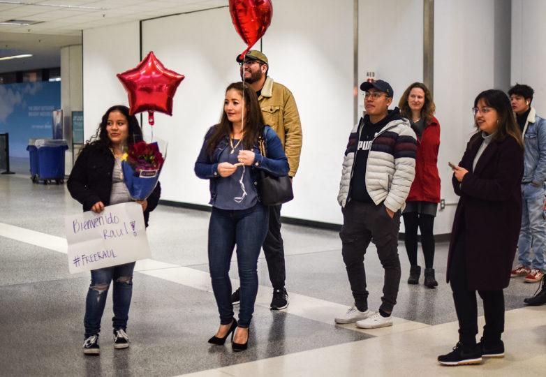 Familiares y amigos Raúl Reyes esperan el 19 de febrero en el Aeropuerto Internacional de Oakland luego de estar detenido en Denver. Foto: Alejandro Galicia Diaz