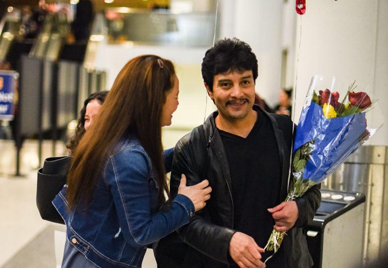Raúl Reyes López saluda a su esposa Dianeth y su hija Alexa en el  Aeropuerto Internacional de Oakland, luego de ser liberado por ICE. Foto: Alejandro Galicia Diaz