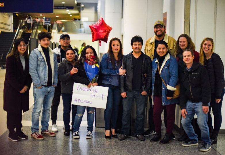 Amigos y familiares de Raúl Reyes López posan junto a él alegremente en el Aeropuerto Internacional de Oakland. Foto: Alejandro Galicia Diaz
