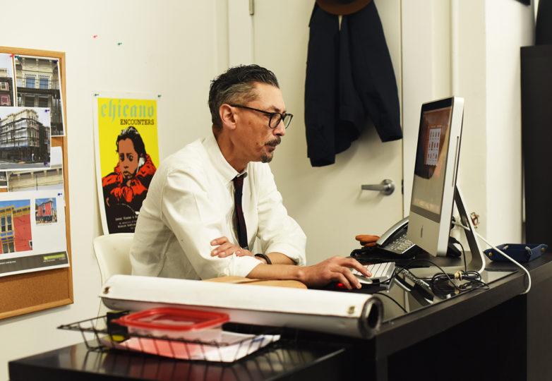 Tomás Riley  trabaja en la nueva sede de Calle 24, en la esquina de las calles 24 y Capp. Foto: Alejandro Galicia Diaz