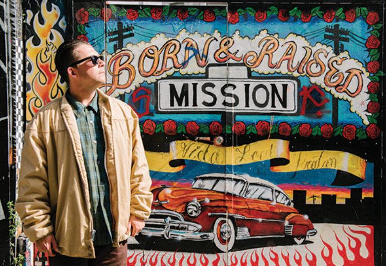 George Crampton-Glassanos frente a su mural en el Callejón Alley. Foto: Mark Jason Quines