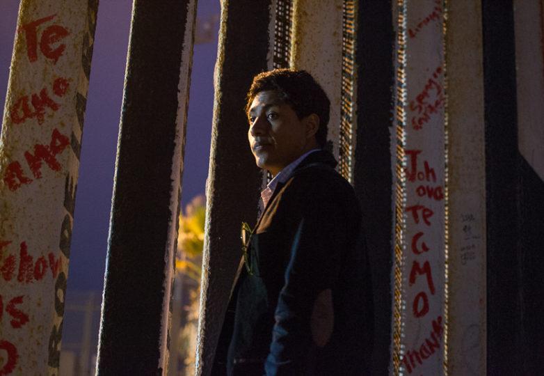 David Vasquez se asoma por el muro que divide EEUU de México, desde Playas de Tijuana. Foto: Mabel Jiménez