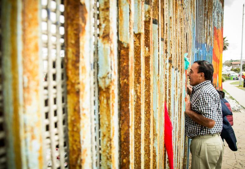 Braulio Mayer y Juana Castillo ven a sus hijos (y nietos, con quienes Mayer se reúne por primera vez) y les toman una foto a través de los lados opuestos del muro fronterizo entre los EEUU y México en Playas de Tijuana, el domingo 10 de marzo de 2019. Castillo, quien es residente estadounidense puede ir y venir por la frontera más no su esposo, quien fue deportado hace años y voló desde la Ciudad de México para encontrarse con sus nietos a través del muro fronterizo. Foto: Mabel Jiménez