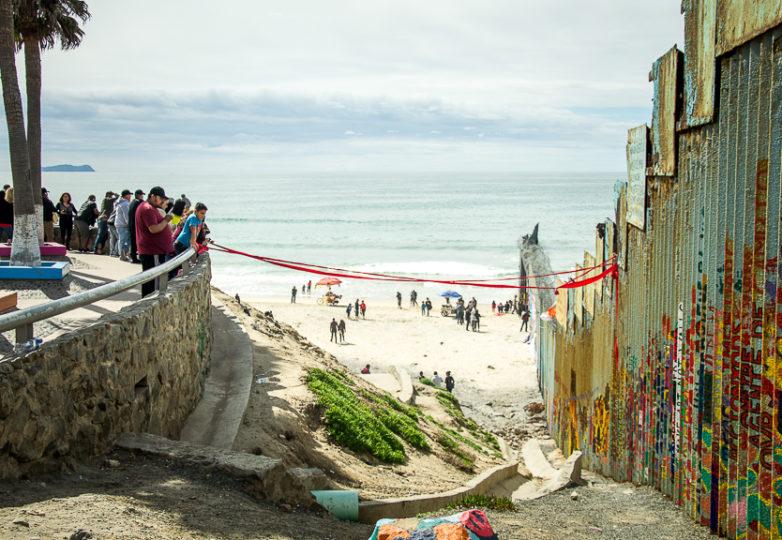 Los vehículos de la Patrulla Fronteriza de los EEUU, vigilan el muro fronterizo en Playas de Tijuana después de recibir informes de que un hombre estaba escalando la pared para atar una cinta roja a las vigas del muro, el domingo 10 de marzo de 2019. Foto: Mabel Jiménez