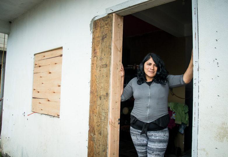 Teresa García López, propietaria del nuevo refugio Casa de Luz, a la entrada de dicho sitio, el 11 de marzo de 2019. Foto: Mabel Jiménez