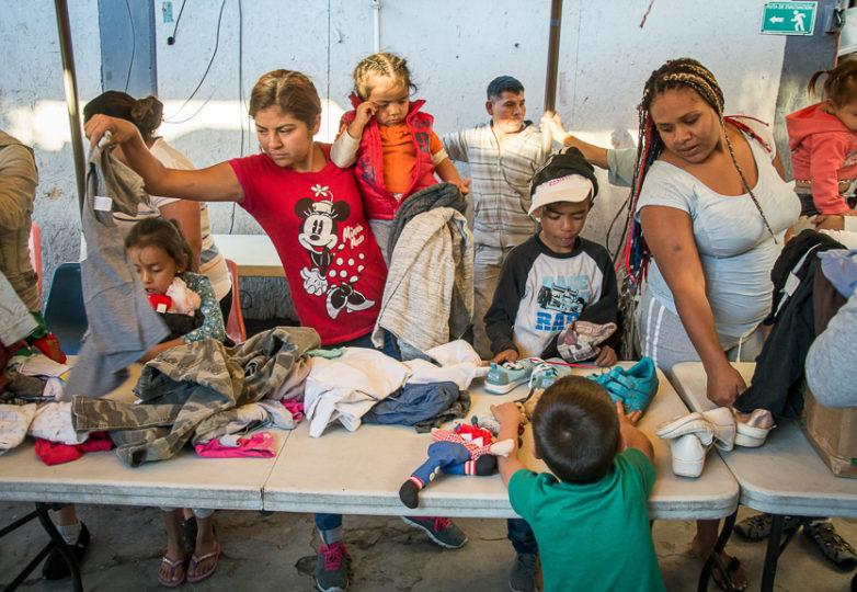 Las familias revisan donaciones recientemente recibidas en el refugio Roca de Salvación, el 14 de marzo de 2019. Uno de los refugios para migrantes más remotos de Tijuana, se encuentra al pie de la montaña El Cerro Colorado, en el barrio Cañón de la Raza. Foto: Mabel Jiménez