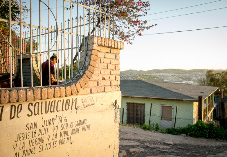 A migrant reads a book at Roca de Salvacion shelter. Photo: Mabel Jiménez