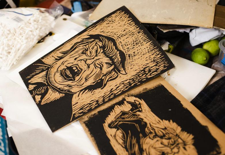 La placa de linóleo original para la impresión de Txutxo Pérez titulada 'Shit Hole', reposa en su mesa de trabajo; 16 de junio de 2019. Foto: Dane Pollok