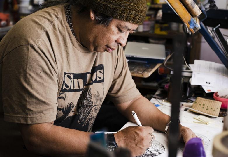 Txutxo Perez trabaja en su estudio en el diseño de un logo para una organización que ofrece masajes gratuitos a indigentes. Foto: Dane Pollok
