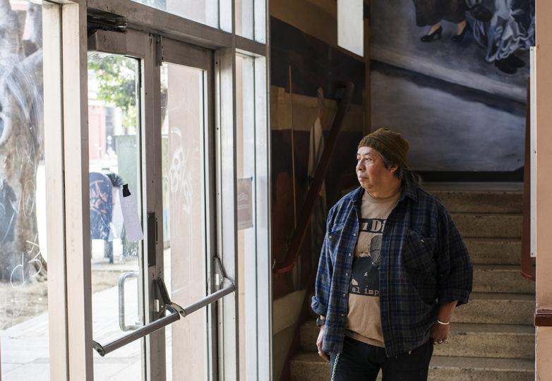 Txutxo Perez en el vestíbulo del Edificio Redstone en el Distrito de la Misión. Foto: Dane Pollok