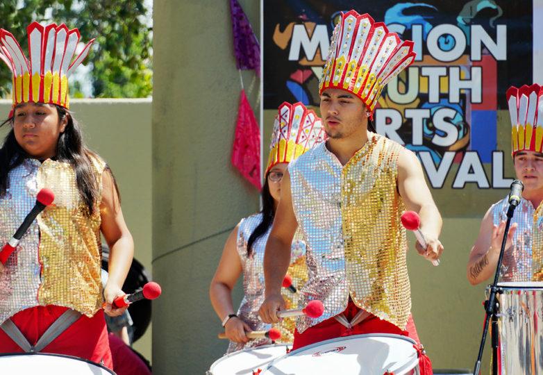 Fogo Na Roupa, la compañía brasileña de baile y percusión con sede en San Francisco, realiza una coreografía en la edición de este año del Carnaval.