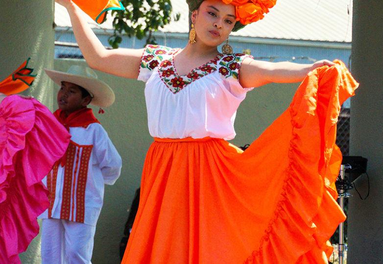 Miembros de Cuicacalli, bailan música tradicional mexicana con coreografía de su fundador Jesús Jacoh Cortes, el 9 de junio de 2019.