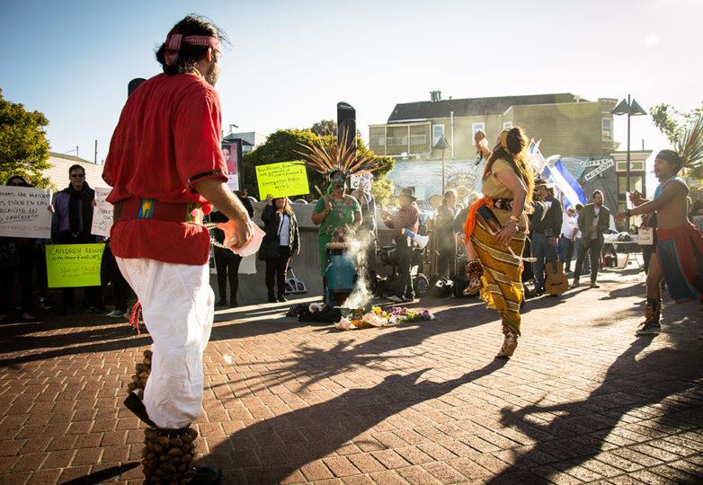 Danzantes aztecas participan en el evento de manifestación en contra de los campos de detención de niños migrantes. Foto: Mabel Jiménez