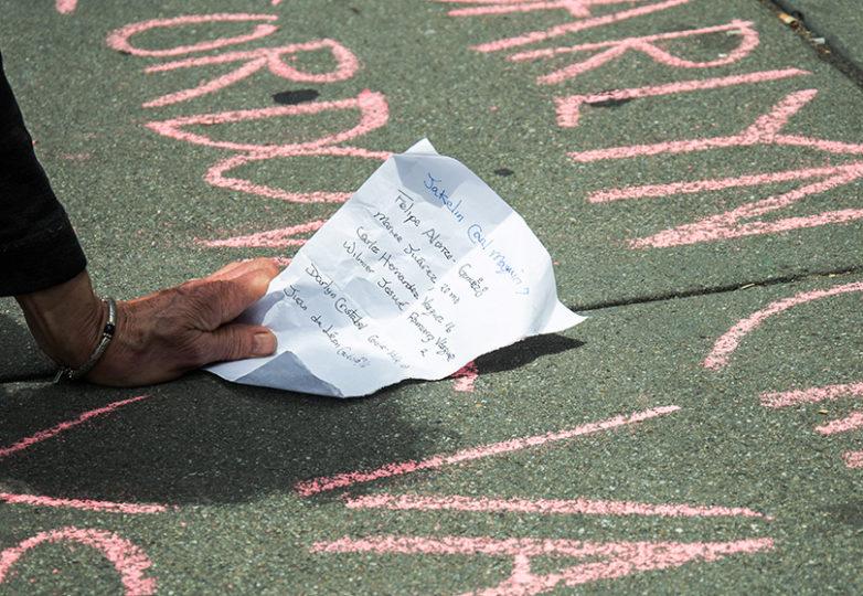Manifestantes escriben en la banqueta los nombres de niños que han fallecido en los campos de detención de migrantes afuera del edificio del Circuito Noveno de la Corte, en respuesta a la declaración de la abogada del Departamento de Justicia Sarah B. Fabian, de que el gobierno de los EEUU no está obligado a proporcionar de jabón, cepillos de dientes ni camas a los pequeños. Foto: Mabel Jiménez
