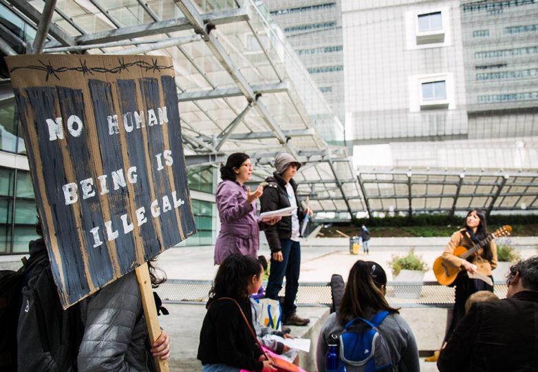 Familias y niños reunidos afuera del Edificio Federal de San Francisco para enviar un mensaje a la Presidenta de la Cámara Nancy Pelosi, para oponerse a los campos de detención de niños migrantes. Foto: Mabel Jimenez