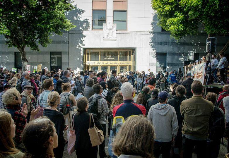 Manifestantes reunidos afuera de la sede de ICE en San Francisco, en respuesta al anuncio de posibles redadas, el jueves 11 de julio de 2019. Foto: Mabel Jimenez