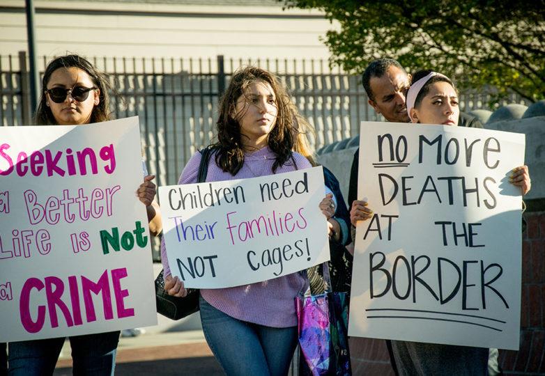 Miembros de la comunidad reunidos afuera de la estación del BART de las calles 24 y Misión, protestan contra los campos de detención de niños migrantes. Foto: Mabel Jiménez